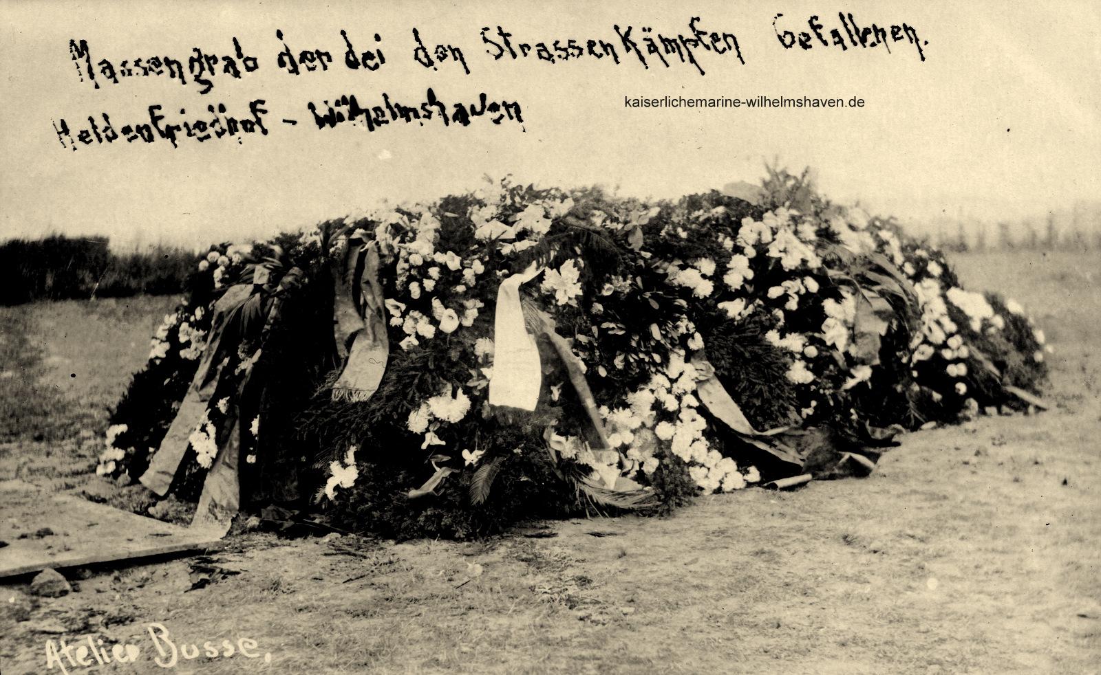 Weitere Abbildung vom Kranz- und Blumenschmuck des Gemeinschaftsgrabes