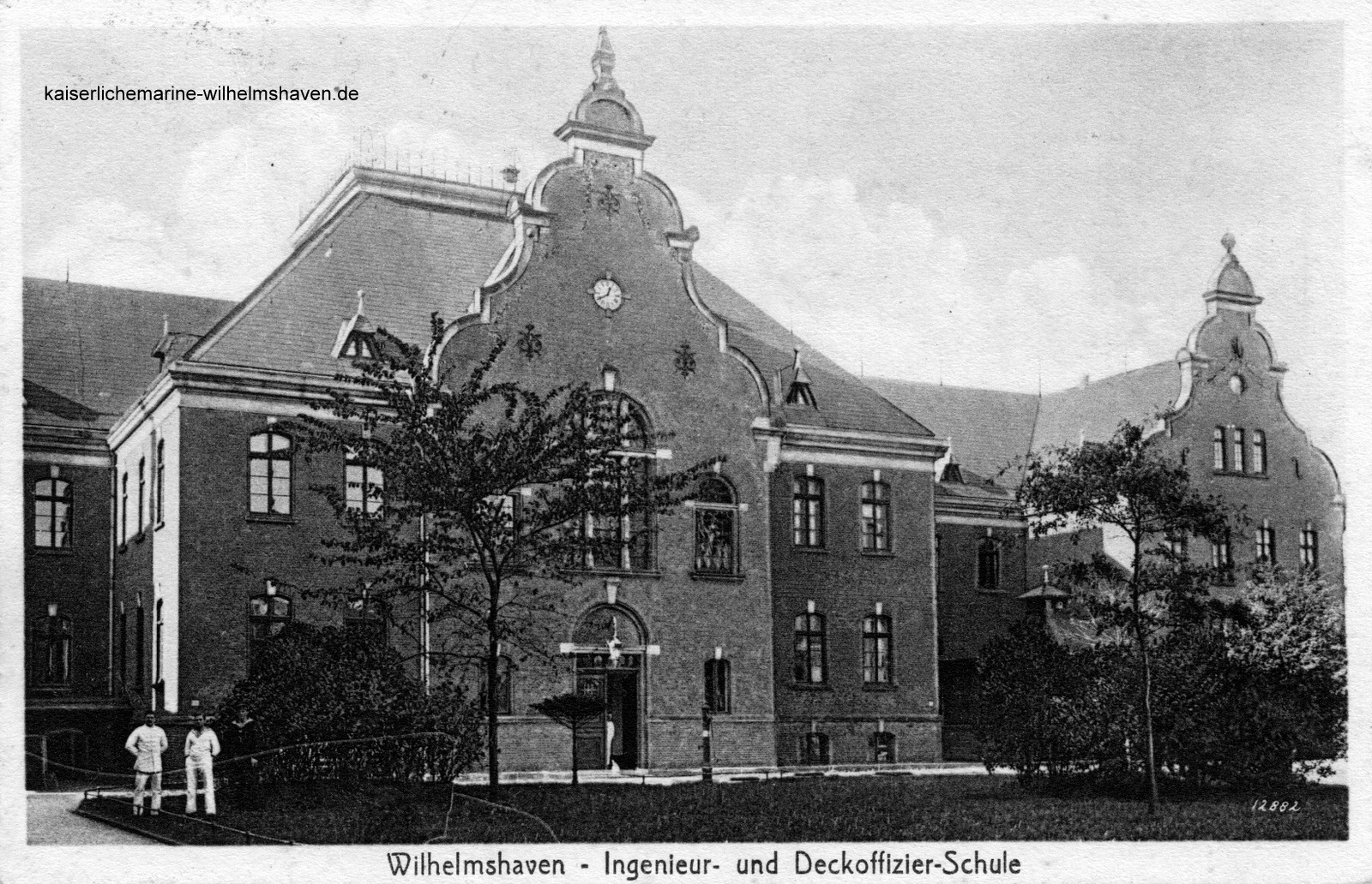 Blick vom Innenhof auf das Wirtschaftsgebäude