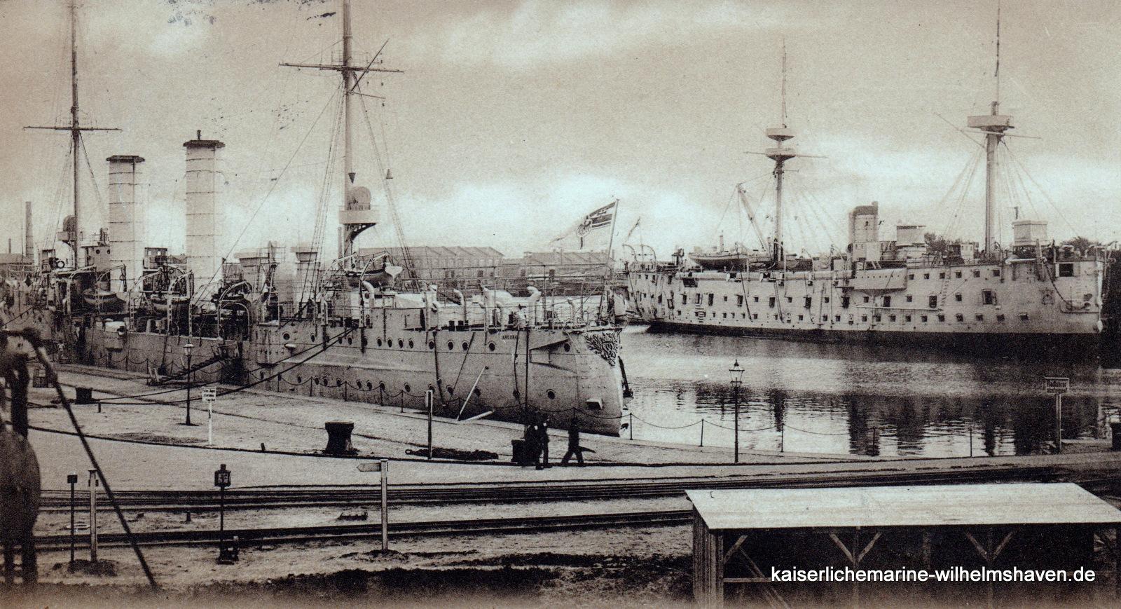 """Ca. 1905, Blick von Nordost: Kleiner Kreuzer """"Ariadne"""" am Nordostkai, gegenüber das alte Schulschiff """"Mars"""""""