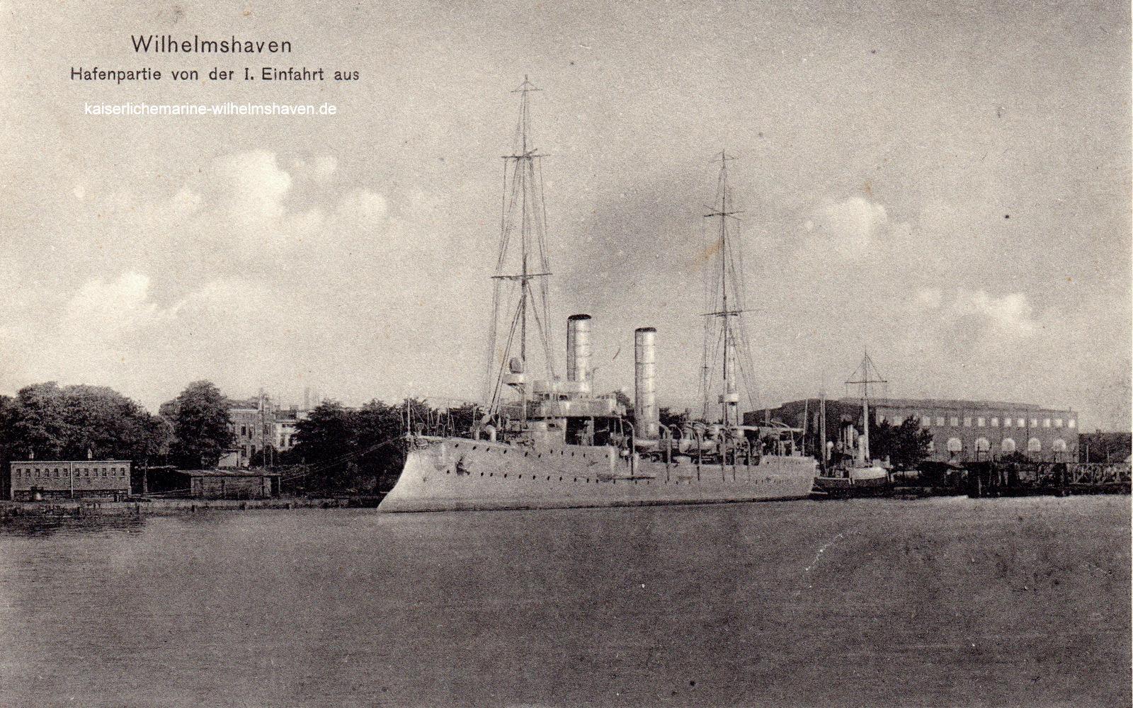 Kleiner Kreuzer der Gazelle-Klasse am Nordwest-Kai. Rechts das Bootslagerhaus der Werft
