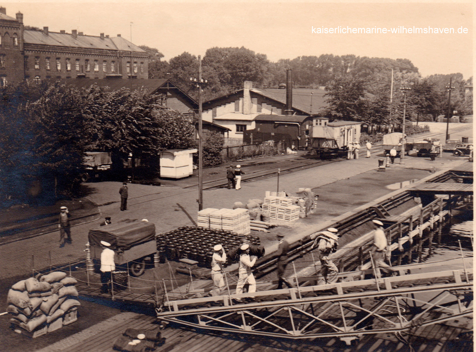 Viel wird sich in den Jahren seit 1918 nicht verändert haben. Sehr schön im Bild die Hafenkaserne, gut zu erkennen auch die Gleise der Werftbahn