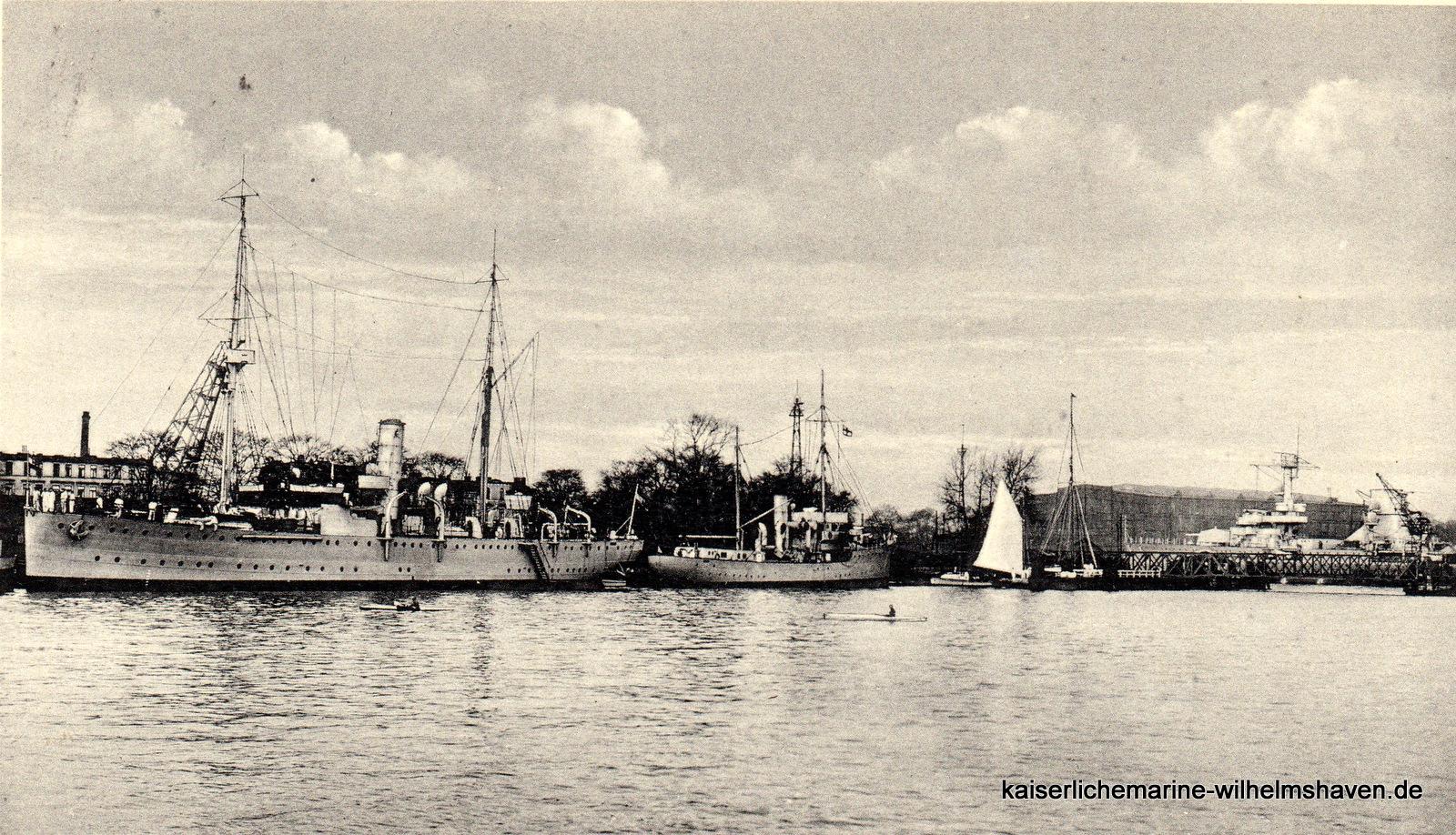 Blick von Südost auf den Nordwestkai, rechts die Drehbrücke
