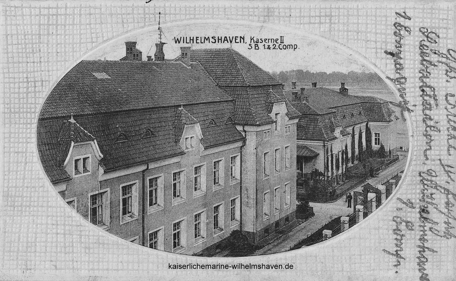 """An der Artilleriestraße (Schellingstraße): Seltene Ansicht auf die Hauptfront von Block """"Flandern"""", daneben Wirtschaftsgebäude mit Mannschaftsspeisesaal und Küche"""