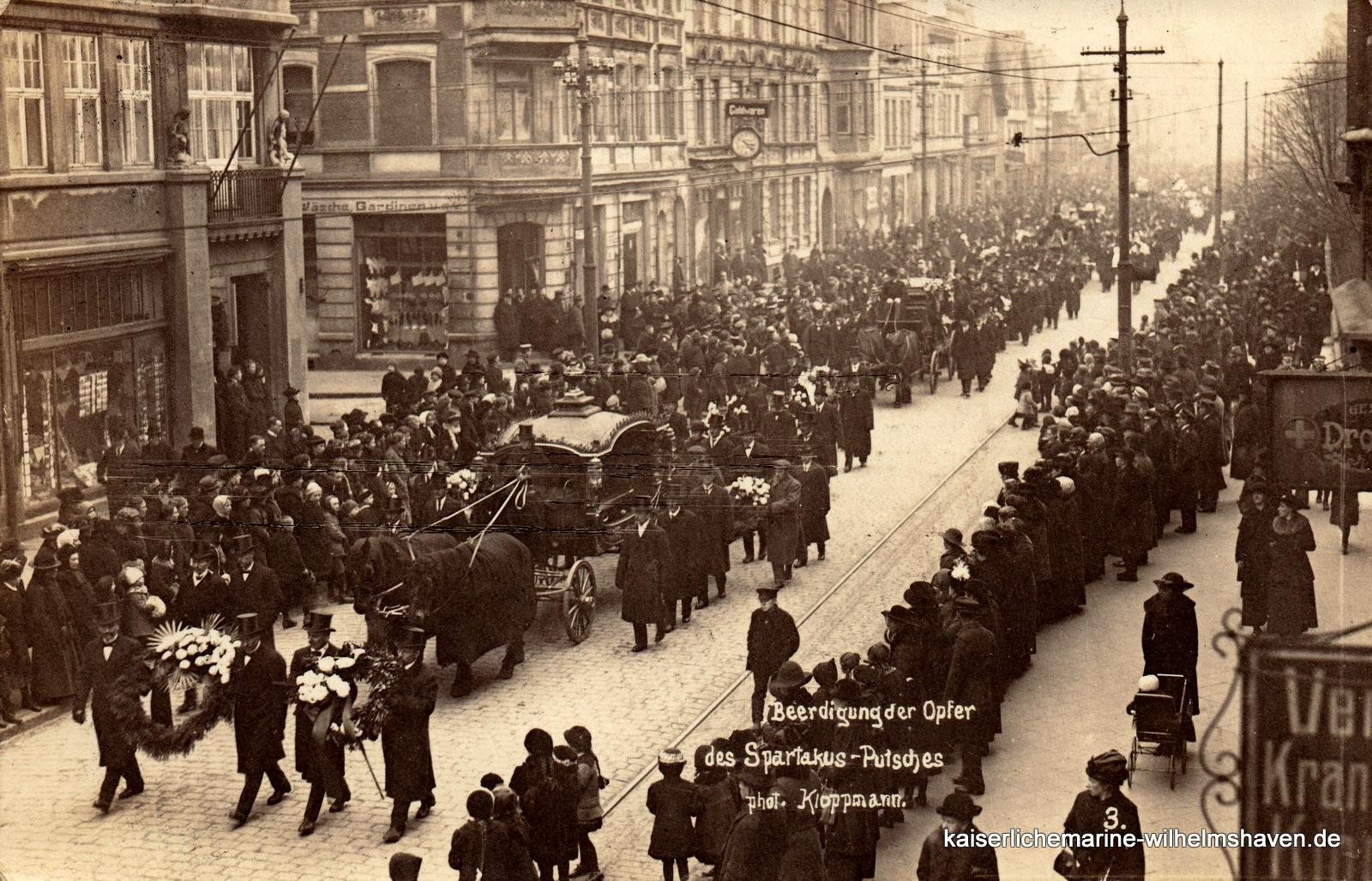 Auf dem Weg zum Ehrenfriedhof: Leichenzug auf der Gökerstraße (s. auch folgendes Bild)
