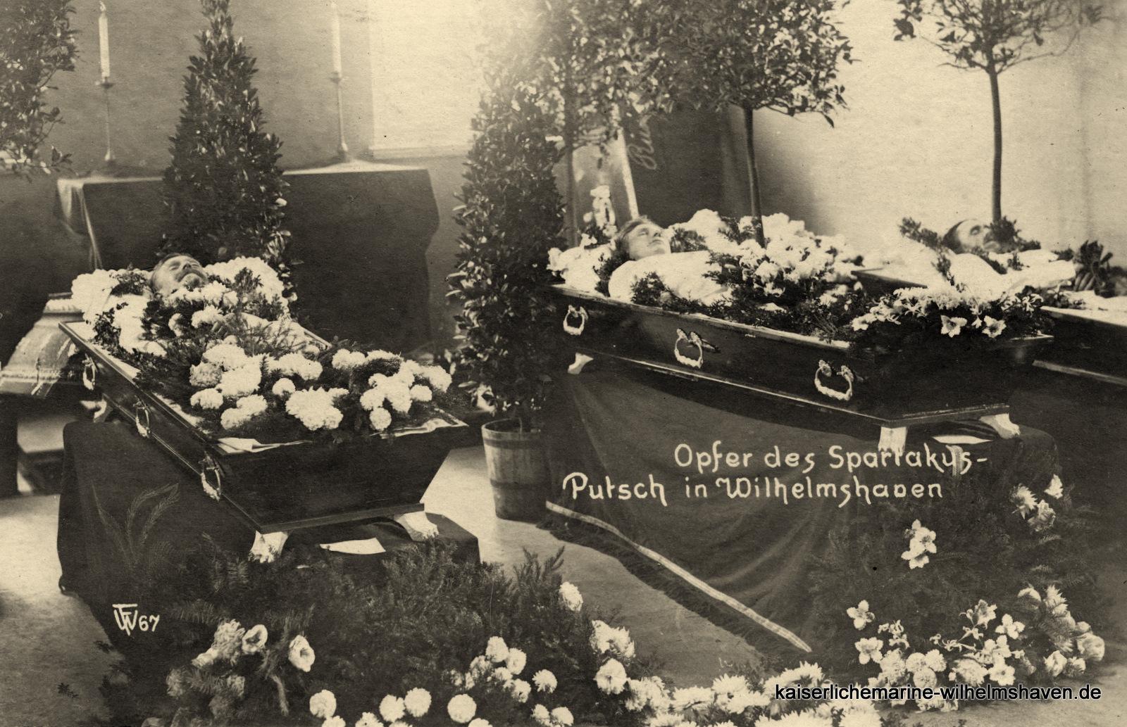 Drei der in der Kapelle des Garnisonlazaretts aufgebahrten Toten