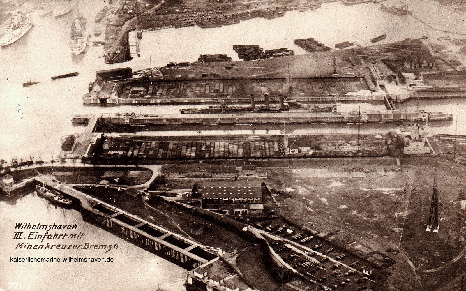 """Ansicht von Süd. Am unteren Bildrand ist noch die 2. Einfahrt zu sehen, darüber der Tonnenhof. Über der 3. Einfahrt der Betriebshafen """"Holzmanns Kuhle"""", am linken oberen Bildrand der Nordhafen"""