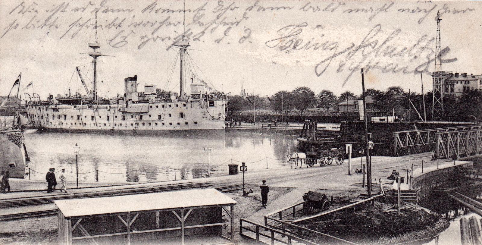 """Ca. 1905, Blick von Nordost: Schulschiff """"Mars"""" am Nordwestkai, im Vordergrund rechts die Drehbrücke"""