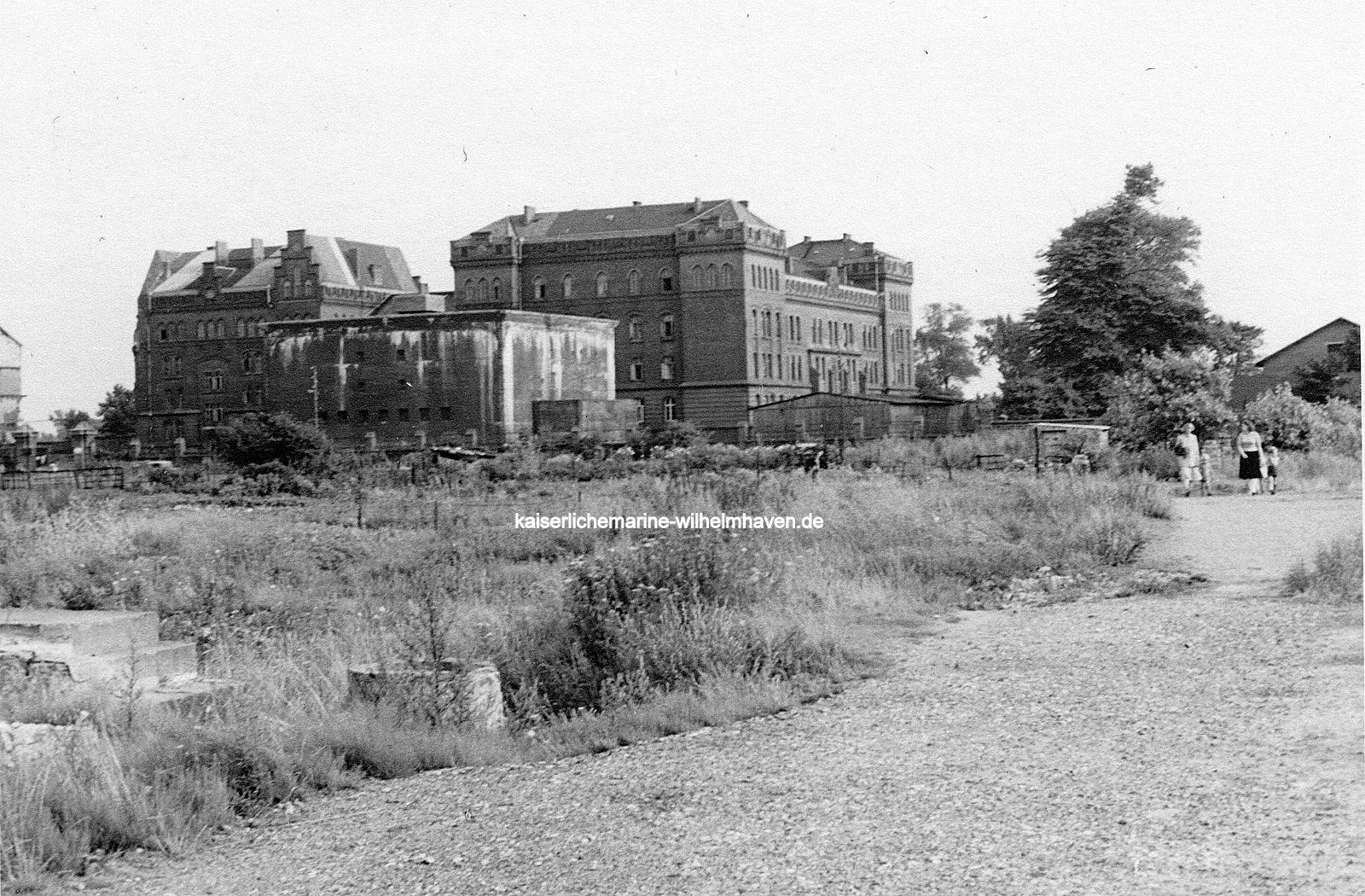 Foto aus den 50er-Jahren. Ansicht von Nordwest. Deutlich zu sehen die Lücke in der Gebäudefront, im Vordergrund ein Mannschaftsbunker