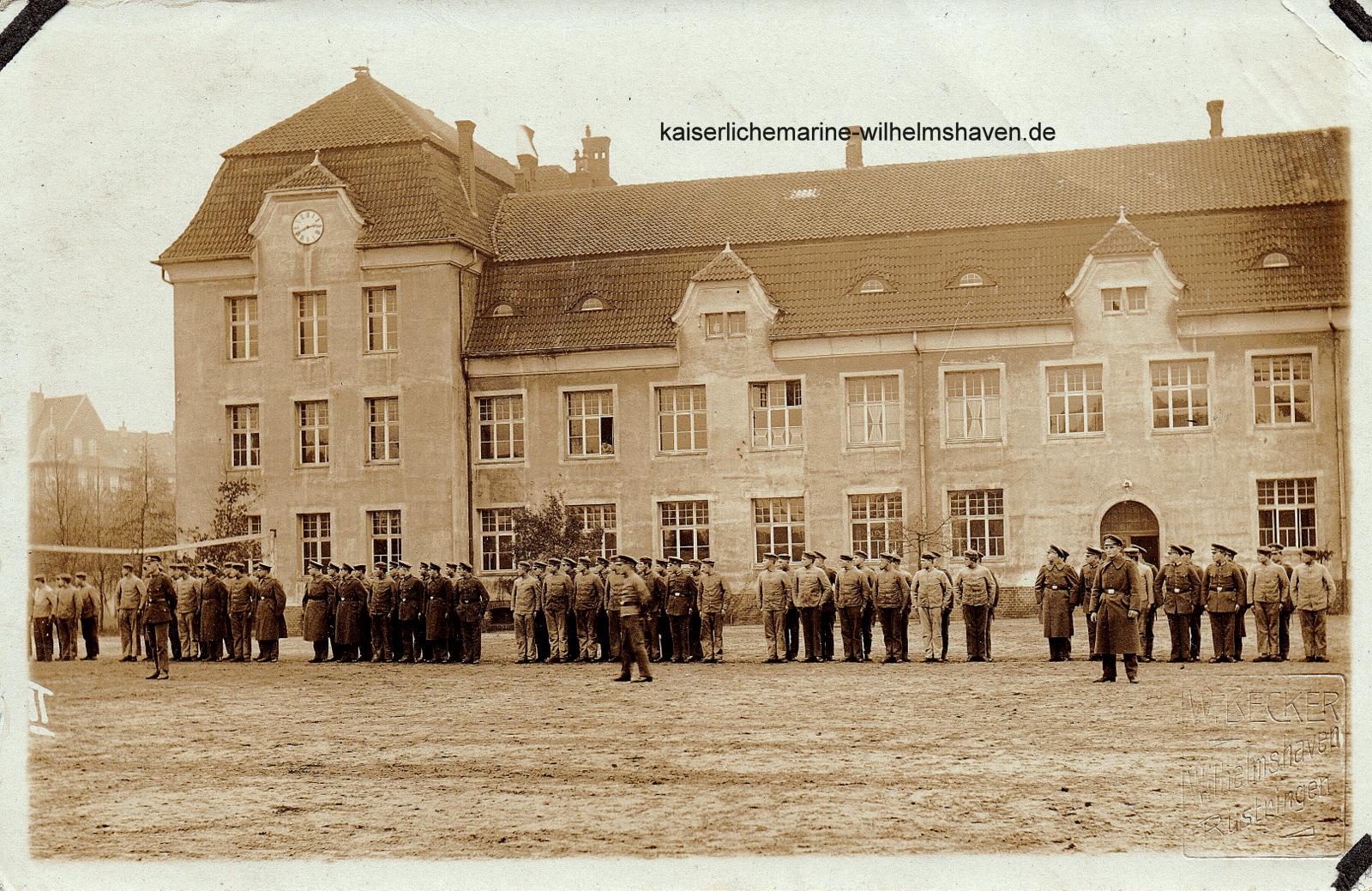 """Block """"Coronel"""" mit nachträglich eingebauter Uhr. Foto aus dem Jahr 1922"""