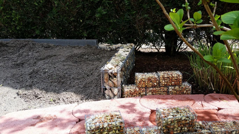 Montage von einer Natursteinwand und Gabionenkörbe