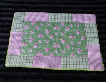 Hundedecke Röschen auf grünem Stoff Rand rosa/grün Teddyfleece hellgrün