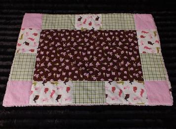 Hundedecke Röschen auf braunem Stoff rosa/grüne Stoffe als Rand rosa Teddyfleece