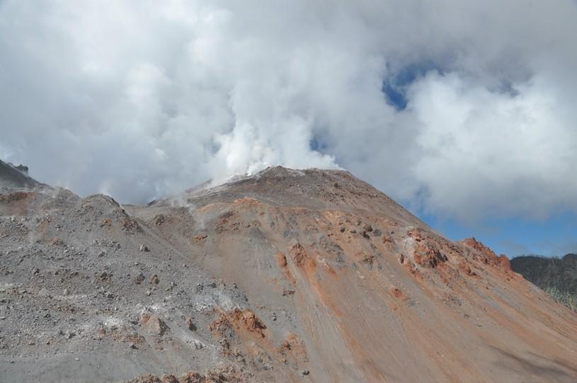 Dampfender und rauchender Vulkan