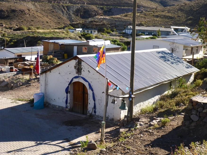 Einfache Kirche und gleichzeitig Dorfplatz in Chusmiza