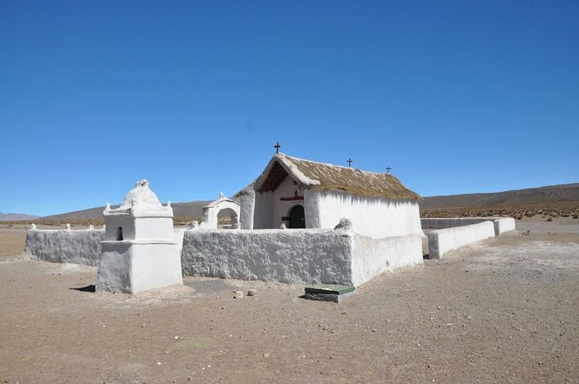 Kleine koloniale Kirche auf über 4500 m.ü.M