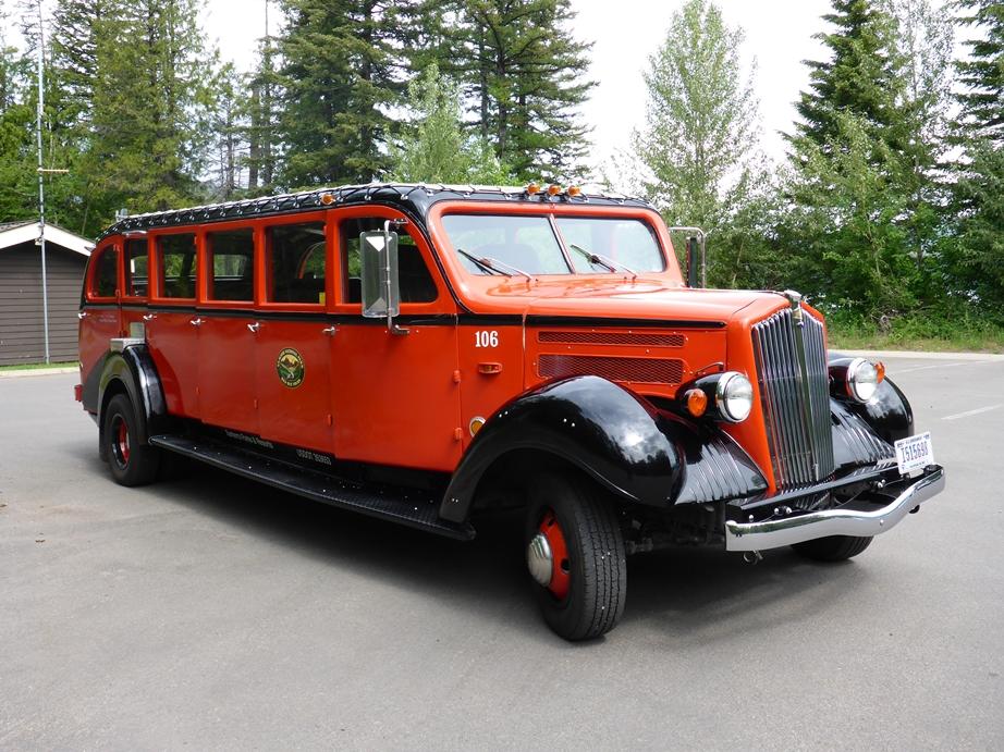 Schöner Oldtimer Touristenbus im Glacier NP