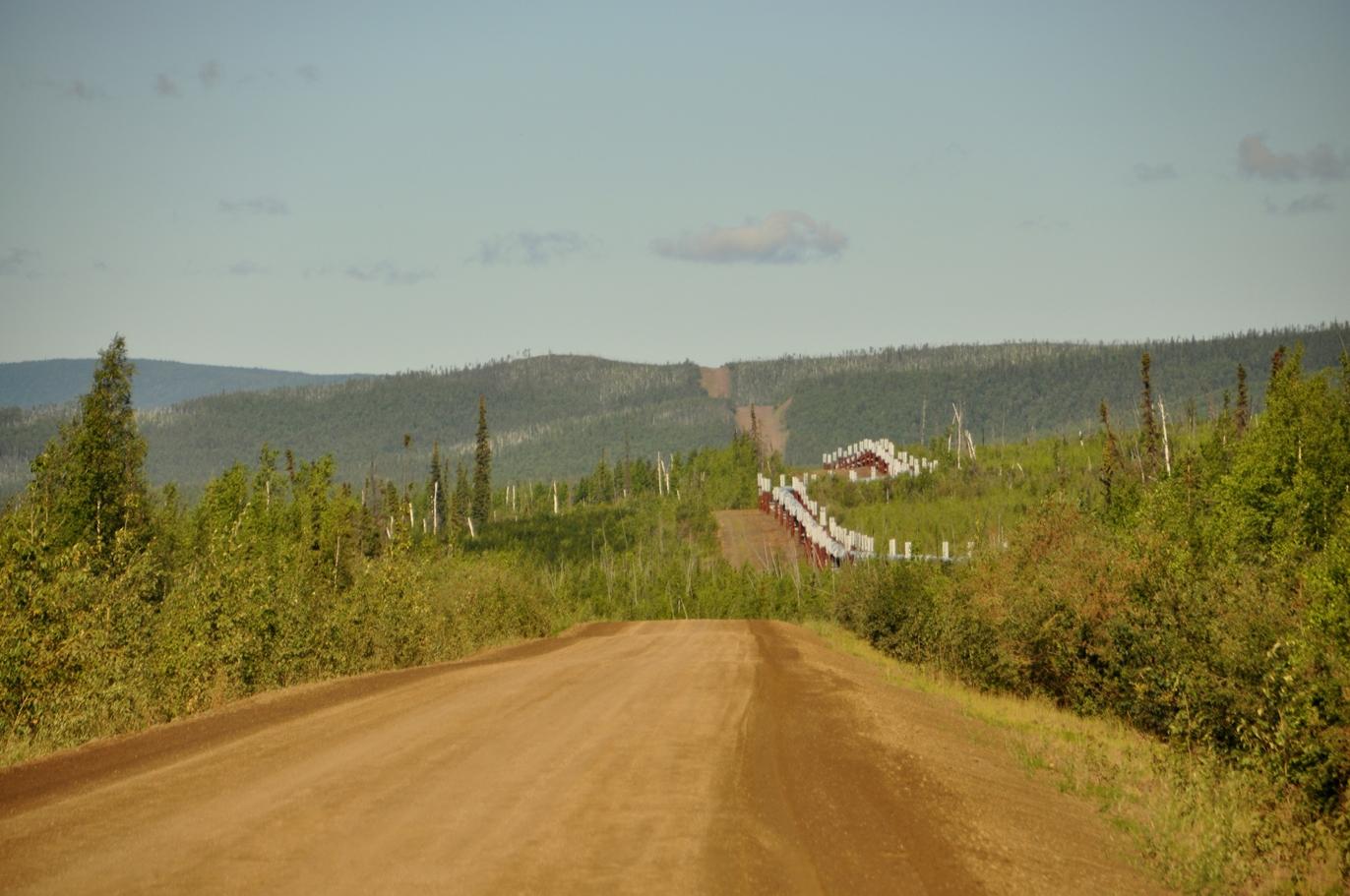 Meist führt die Schotterpiste entlang der Pipeline