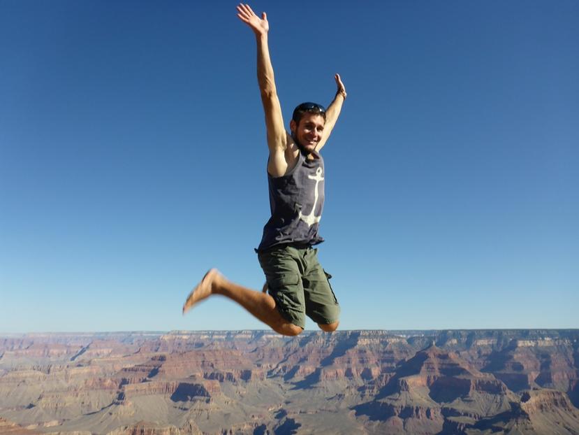 Flavio fligt über dem Canyon