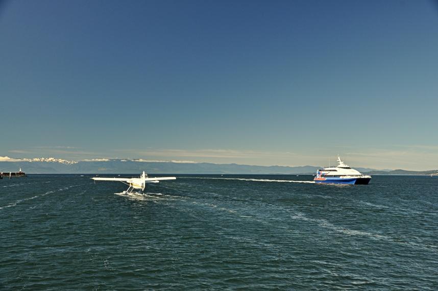 Schiff und Wasserflugzeug im Hafen von Victoria