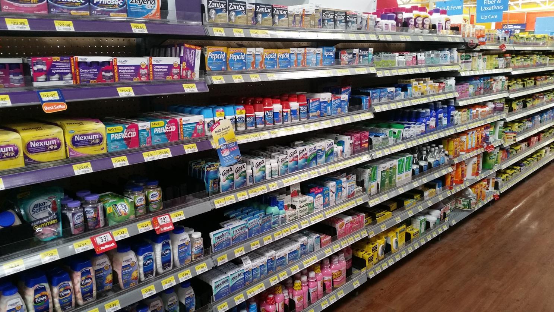 Regale voller Medikamente im Supermarkt