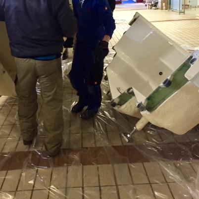 Whirlpool wird in zwei Teile geschnitten, damit er so in das Gebäude transportiert werden kann.