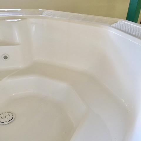 Nach unserer Bearbeitung sieht der Whirlpool wieder aus wie aus einem Stück.