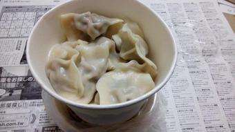 最近、上海寒くなってきて夜出前を頼むのが増えた。今日は水餃子。初めて中国語で出前頼んだ時、少し充実感あった。殆ど中国語できない時に電話で中国語が通じてうれしかったの思い出した。