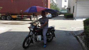 ホテルから出て朝飯食ってからお客さんのとこまでバイクで移動した。バイタクのおじさんありがとう。10元。