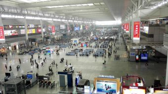 上海火车站。 タクシーで行って地下鉄で帰ってきた。