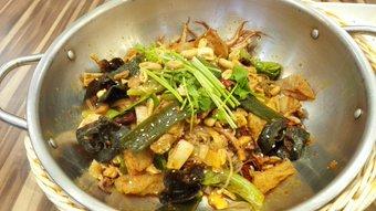 麻辣香锅。 量り売りなのが面白かった。グラム単価は3種類。野菜とか肉とかによって違う。約50種類の野菜、海鮮、肉から選ぶ。量り売りだから少しずつたくさんの種類を選んで食べることもできる。辛さは調整可能。うまかった。上海体育館のとこ。