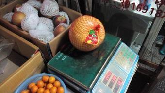 最近これにはまってる。 日本語でなんて言うかわからない。 紅くてデカいグレープフルーツ(外は黄色、中は紅)。 1個18元。実際には量り売り。