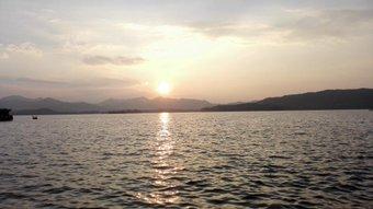 西湖。 仕事終わってから寄った。 逆光だけどけっこう気に入った。 これから杭州から上海に戻る。 https://