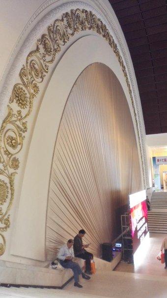 そうです。私もいつも高架から気になってました。初めて行きました。中も立派です。もともとは中ソ友好記念会館(中苏友好大厦)。上海展覧中心。