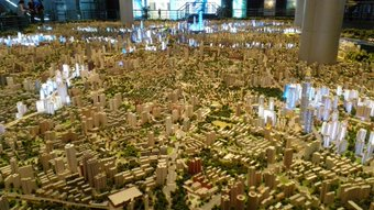 上海城市规划展示馆。 东方明珠が見える。 かなり後ろの方。 子供より右側、3段階段より左側。 西から東を見てる感じ。