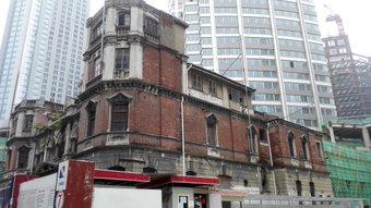 古い建物。 とっとくのか、壊すのか、どっちだろ。なんとなくとっといてほしい気がする。地下鉄2号線『南京西路』おりて威海路歩いてた時。