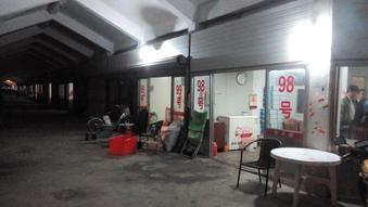 延々と続く上海蟹の卸と小売店。 遅い時間だからだいぶ閉まってた。阳澄湖。