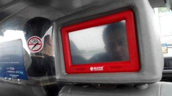 タクシー。 運転席が透明のやつで区切られてる。映像見れるやつがある。一人でも助手席に座るときある。メモ。