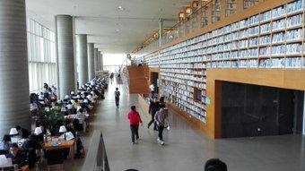 浦東図書館に行ってきた。 きれいで広かった。 上の方、手が届かない。