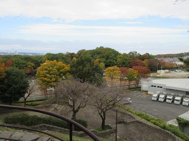 丘の上広場(休憩)から見た紅葉