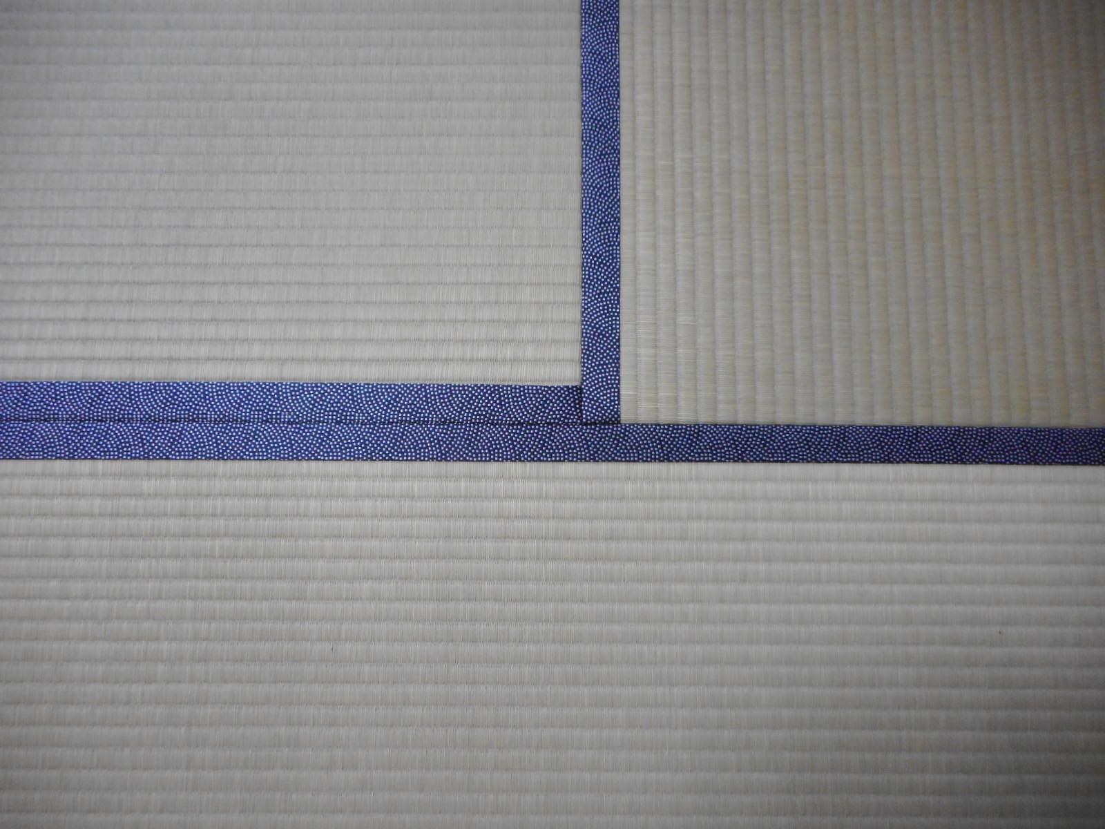 """畳縁""""鮫小紋""""はお部屋の印象を引き締めクールで味わい深い床面に。"""
