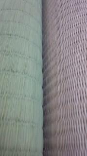 ★右:天然イグサ標準目→左:樹脂たたみ表細かい目★