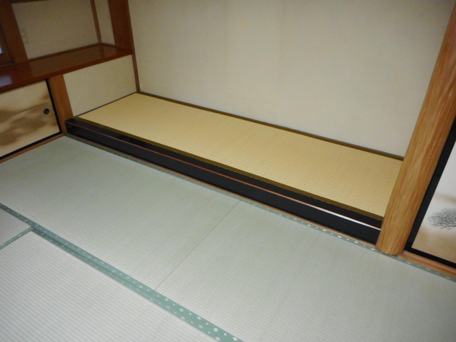 """寺院「庫裏」の床の間の畳""""あめ色に焼けツヤのある畳おもて""""を用います"""