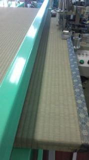 中国産の畳おもて 畳へりを付ける作業中