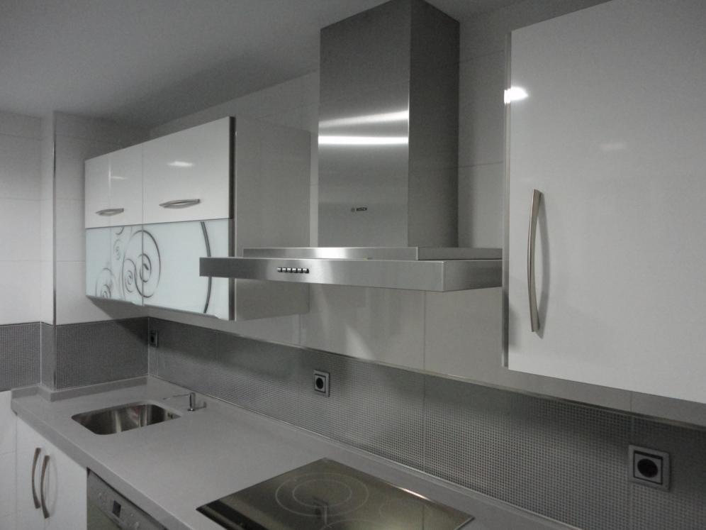 Cocina blanca y gris martos cocinas jaen - Cocinas grises con encimera blanca ...