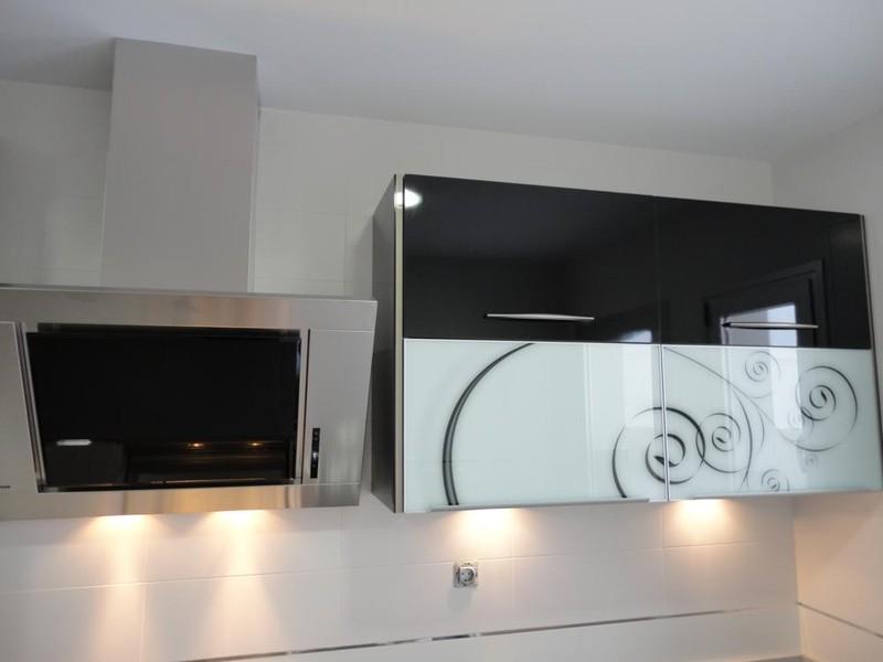 Cocina torredelcampo negra y blanca cocinas jaen for Muebles de cocina jaen
