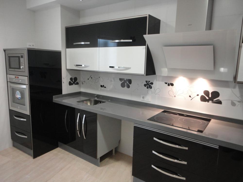 Cocina negra y blanca jamilena cocinas jaen for Encimera negra brillo