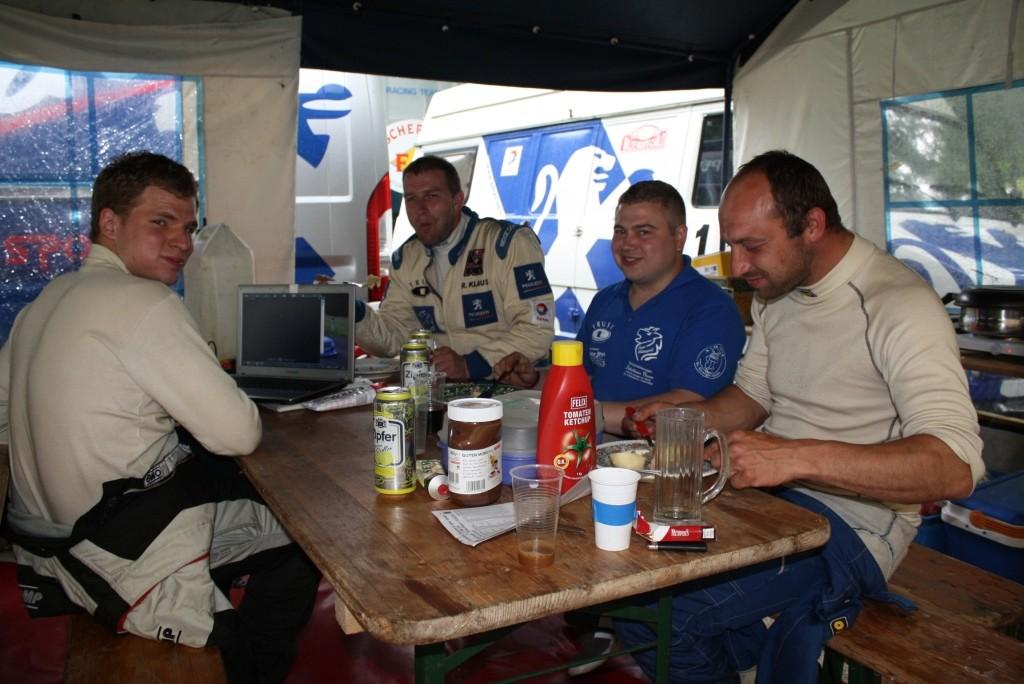 Gemütlich Essen im Fahrerlager