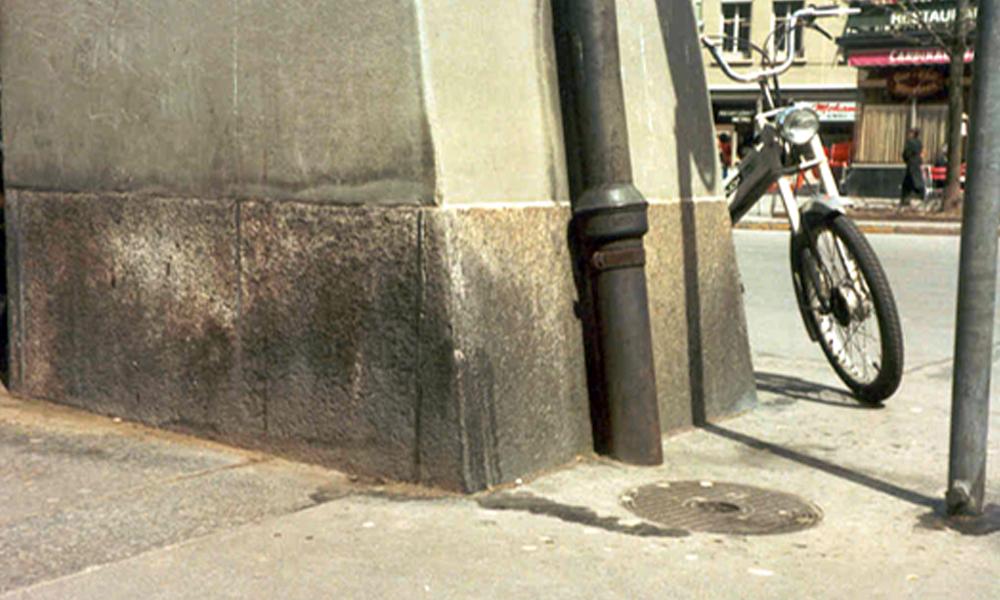 Reinigung von Sandstein-Fassade und Hartstein-Sockel - Vorher