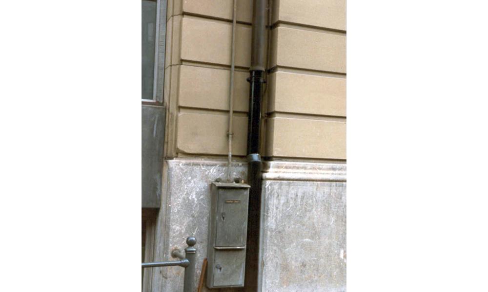 Sehr stark verschmutzter Gebäudesockel - Nachher