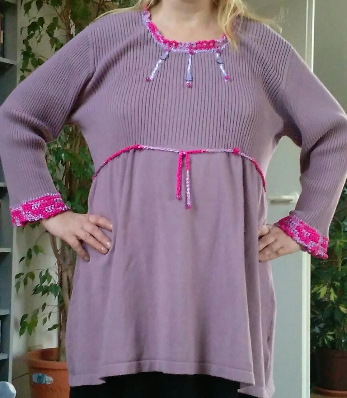 Rosafarbener Pullover mit Applikationen aufgehübscht